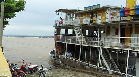 Vapor iniciando navegação no Rio São Francisco.